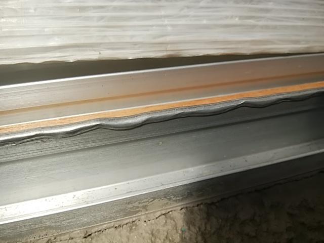 窓のレールのゆがみ