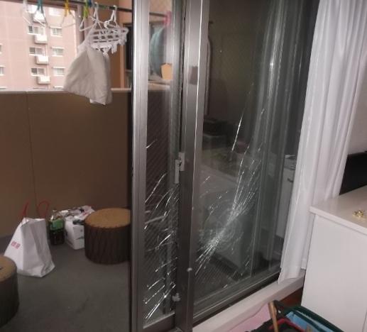 マンションベランダ窓ガラス割れ画像