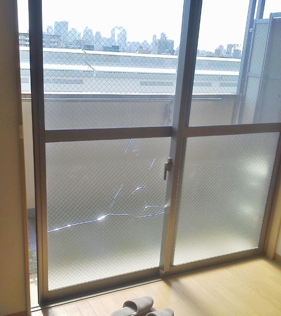 型板ガラスひし形ワイヤー入り熱割れ画像