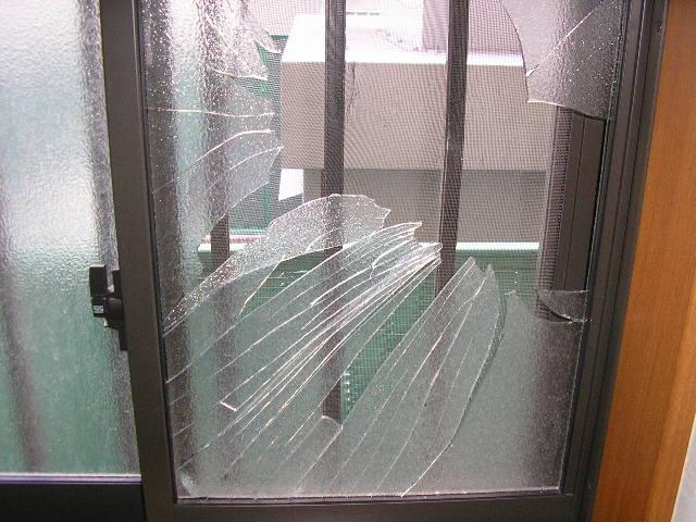 窓ガラスがわれて危ない