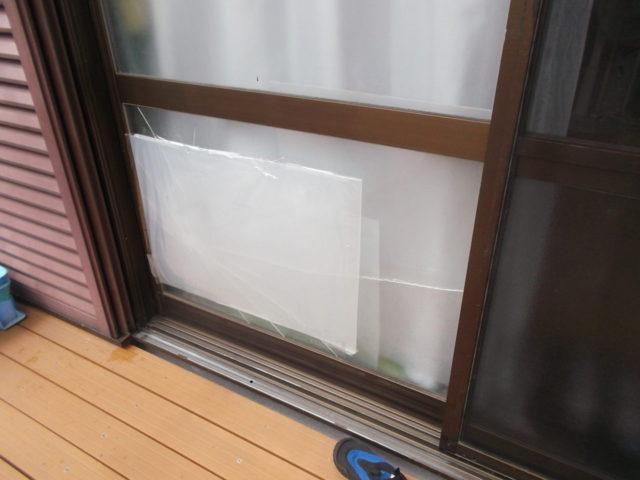 われたガラス窓にプラ板をはる