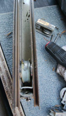 玄関引き戸の戸車が破損している