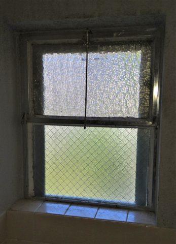 団地浴室内倒し窓とFIX窓施工前