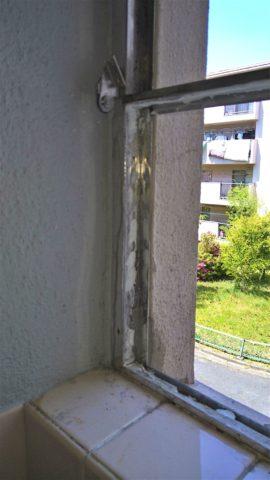 団地浴室内倒し窓とFIX窓施工中