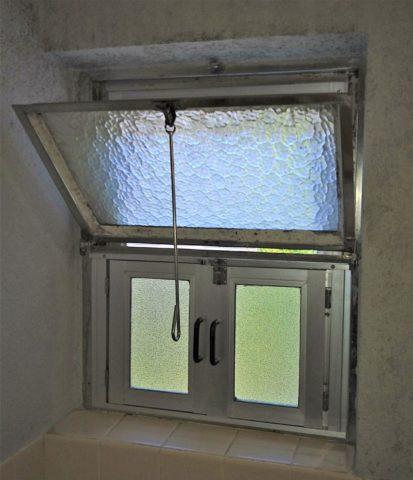 団地浴室内倒し窓とFIX窓施工後